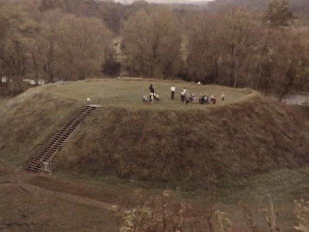 Una de las plataformas de los montículos en Etowah, Georgia, EE.UU. Un reporte del Smithsoniano de 1887 revela el hallazgo de 7 esqueletos gigantes enterrados allí.