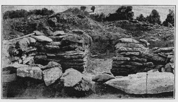 Un rara foto de 1910 en donde se observa una tumba de piedra encontrada en el fondo de un montículo en Missouri.