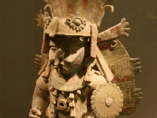 El dios Chaac, invocado a menudo para obtener buenas cosechas, moraba en las cuevas o cenotes, en definitiva, en las entradas al inframundo.