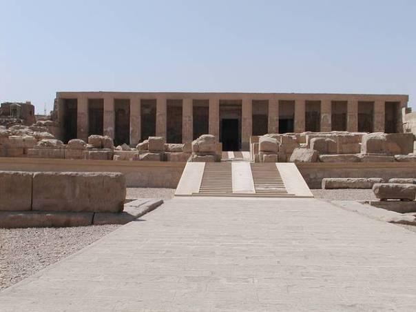 Templo de Seti I, Abidos, Egipto. El principal propósito de su construcción fue la adoración entre sus paredes de todos los dioses mayores egipcios y a los faraones que le precedieron, en forma de una gran capilla funeraria.