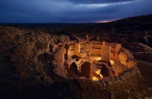 Göbekli Tepe, el santuario más antiguo del mundo, ubicado en Sanliurfa, sudeste de Turquía. El lugar fue levantado por cazadores-recolectores en el X milenio a. C. (ca. 11 500 años atrás), antes de que comenzara la sedentarización. Misteriosamente, todo este complejo de piedras, pilares y esculturas fue deliberadamente enterrado sobre el 8000 a. C., permaneciendo abandonado por espacio de 500 años.