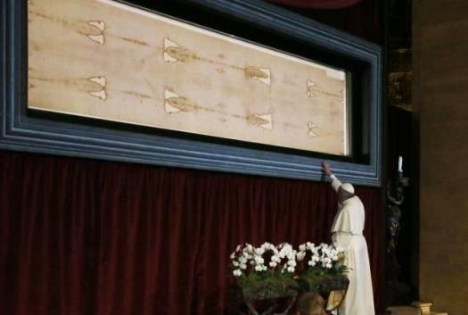 El Papa Francisco frente al Santo Sudario de Turín, junio 2015.