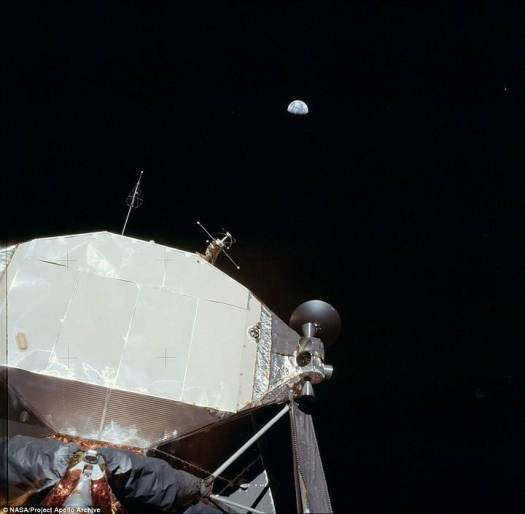 La Tierra vista desde una distancia superior a las 200.000 millas, desde el módulo de comando que se dirige a la Luna.