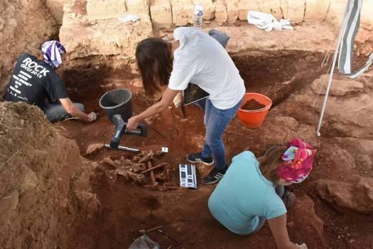 Arqueólogos excavan y escanean los sepulcros.