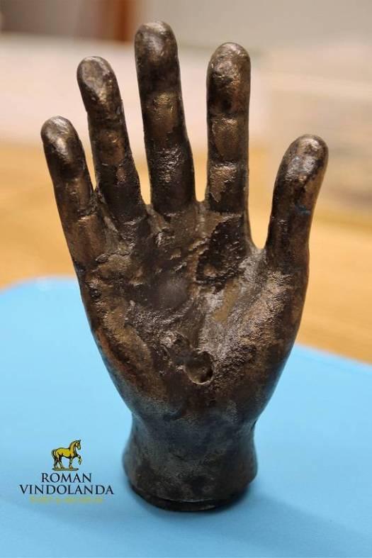 La mano de bronce luego de su restauración.