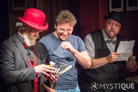 Martin & John-Henry hittar en citron i en sko.