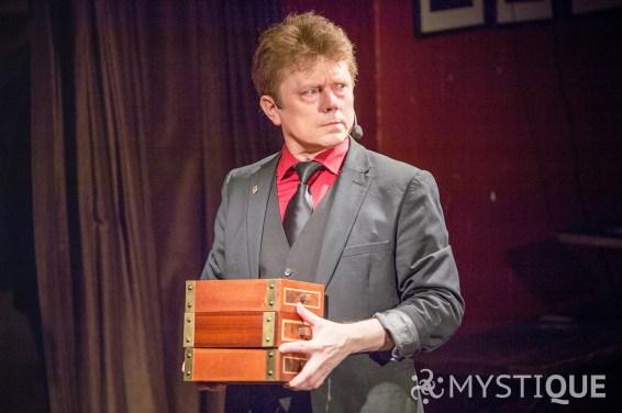 Tom Stone håller i tre lådor