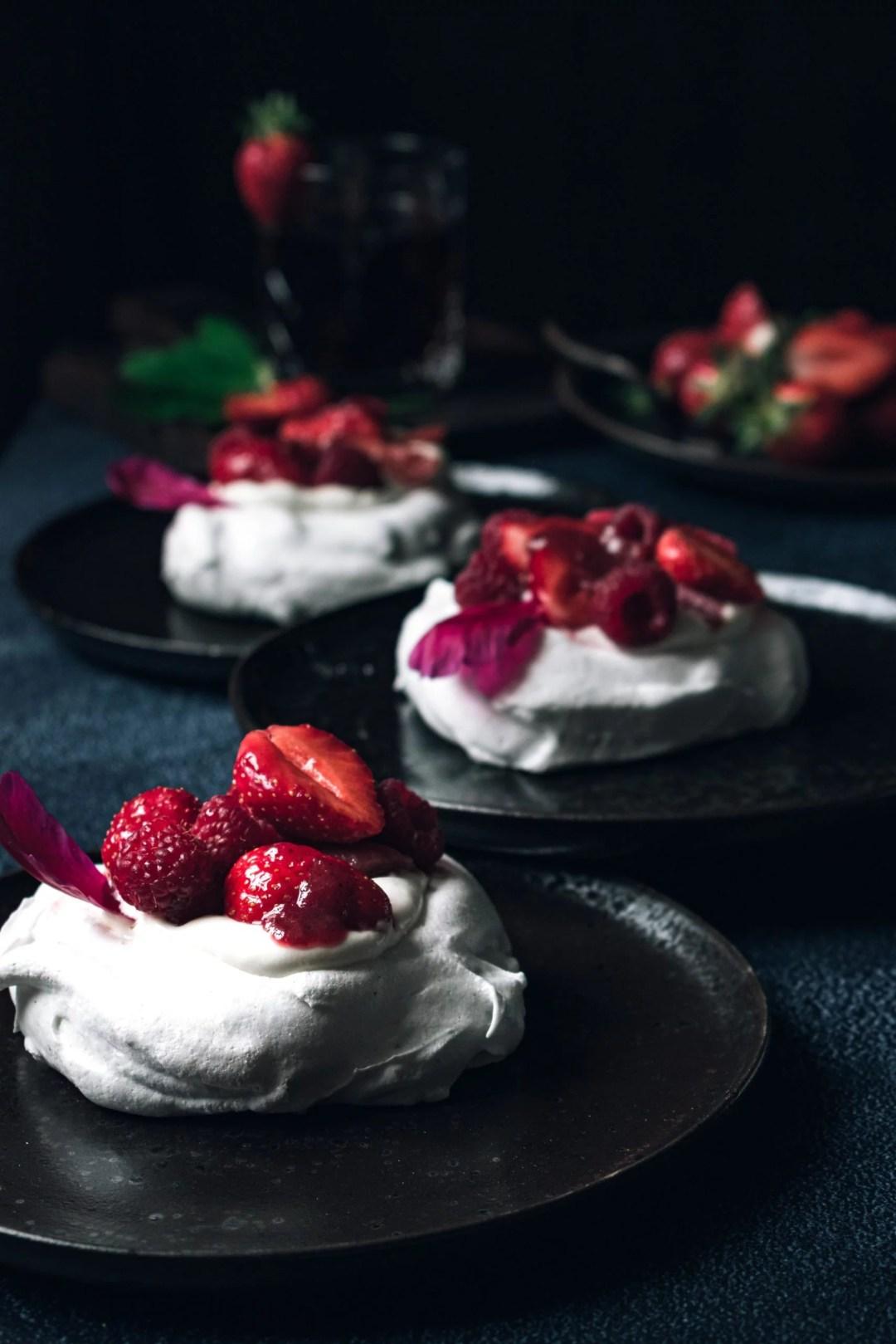 pavlova-fruits-rouges-rhubarbe