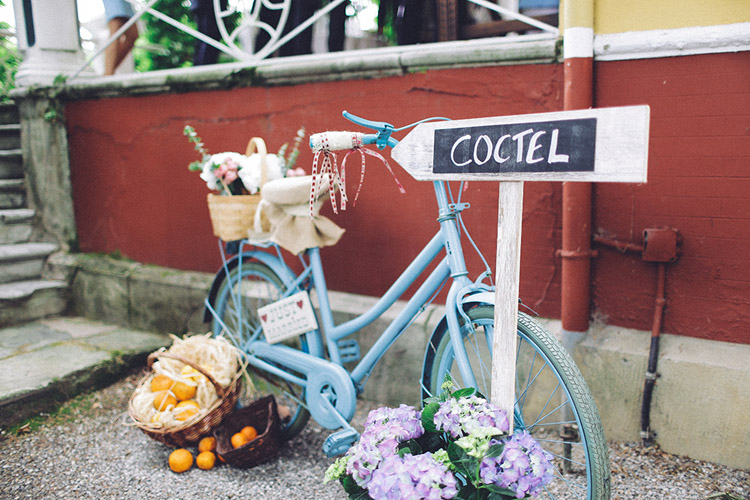 Wedding reception decor with vintage bike and wood sign | More on: http://mysweetengagement.com/gorgeous-wedding-in-spain - Photo: David Fernández