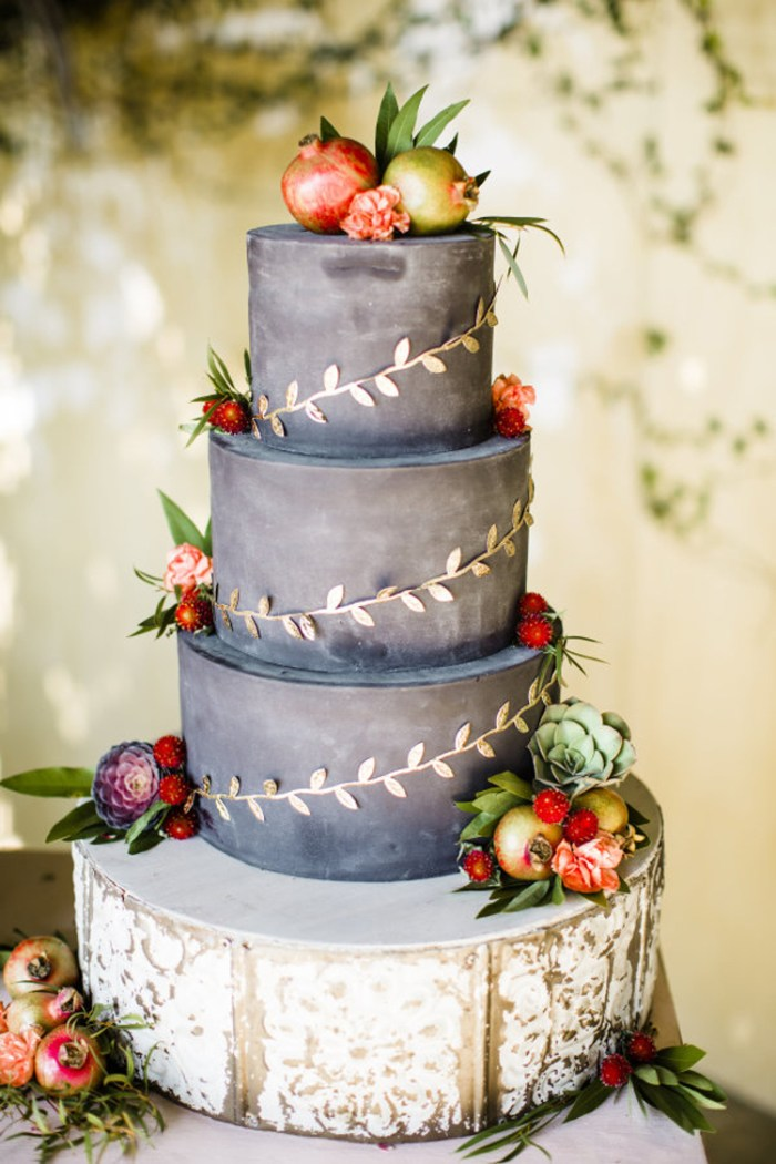 Chalkboard wedding cake with gold and autumn touches | See more: http://mysweetengagement.com/15-extraordinary-wedding-cakes-for-all-wedding-styles