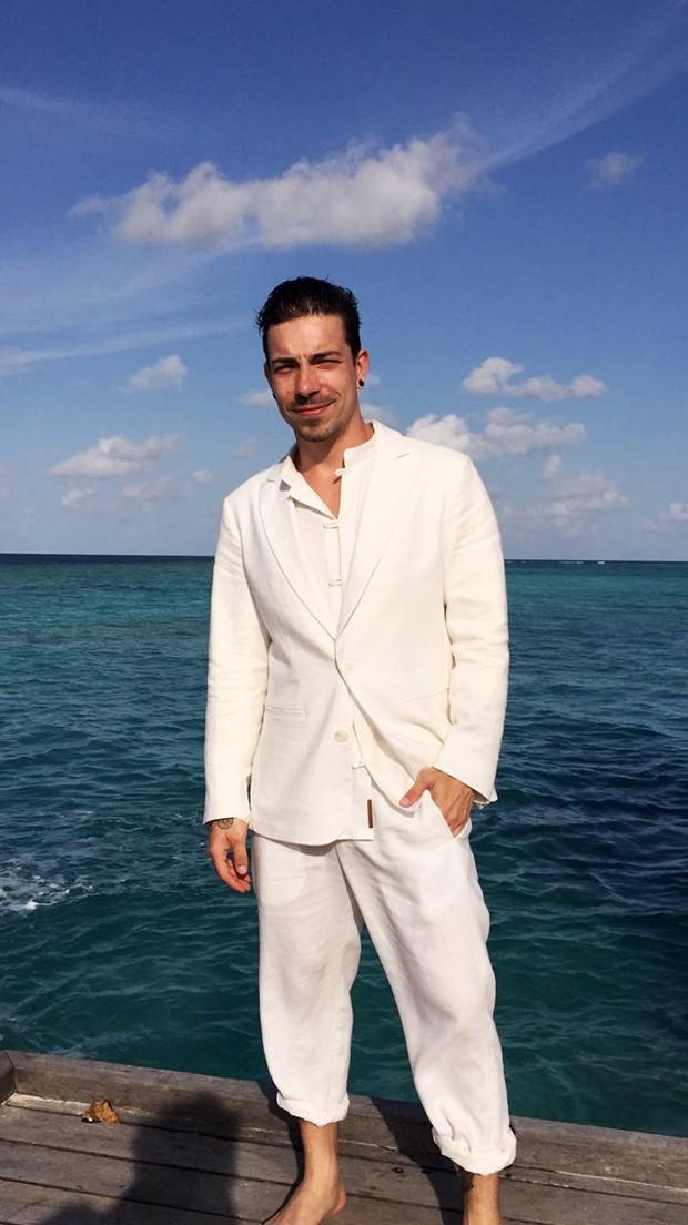 Beach wedding groom's look: All white linen.   Full wedding: http://mysweetengagement.com/victorias-secret-top-model-gets-married-in-the-maldives