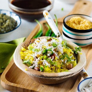 Kanda poha is a popular maharashtrian breakfast recipe. A step by step Video of easy kanda poha recipe in Hindi. Kanda poha is a popular dish from Maharashtra which is served as a breakfast or snack. For making kanda poha or Kande pose, beaten rice (known as poha in Hindi) is cooked with a tadka/tempering of onion green chillies and mustard seeds and other spices. It is a simple Indian breakfast recipe but so hearty and flavourful.