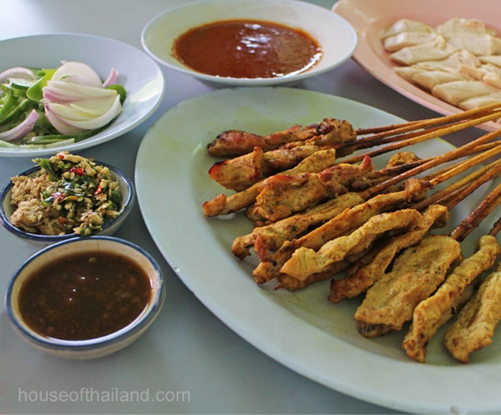 Plate of satay. To the left, are a small bowl of mung bean sauce and another of mild red & green chiles and diced ginger-mix it all up and put it on your kao mun gai!