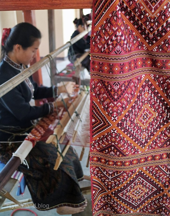 Weaving Praewa Thai silk