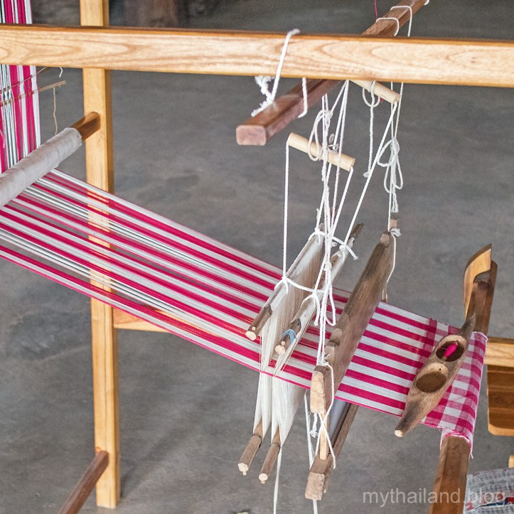 Weaving a pa kao ma sarong
