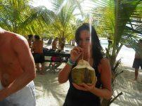 mytourdumonde sur la plage de saona island a boire de la noix de coco