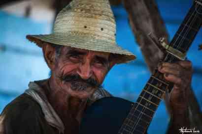 chanteur cubain avec une guitare