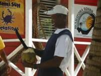 vendeur de noix de coco sur la plage de saona island en république dominicaine