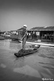 pecheur debout sur une barque sur le tonle sap