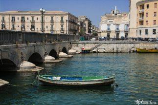 barque dans la petite ville de ortygia en sicile