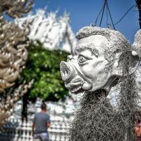 statue devant le white temple en thailande
