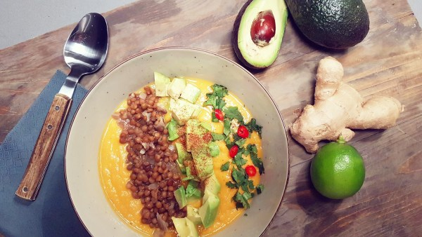 Zoete aardappelsoep met linzen en avocado
