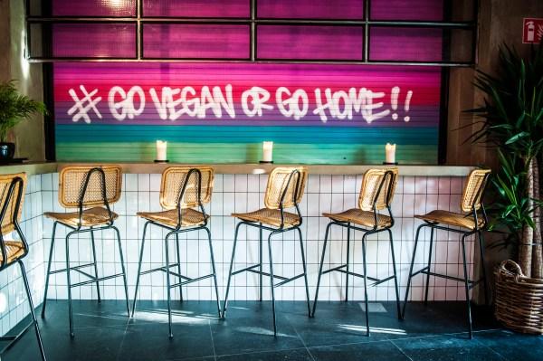 Vier World Vegan Day met een vegan kapsalon via Deliveroo
