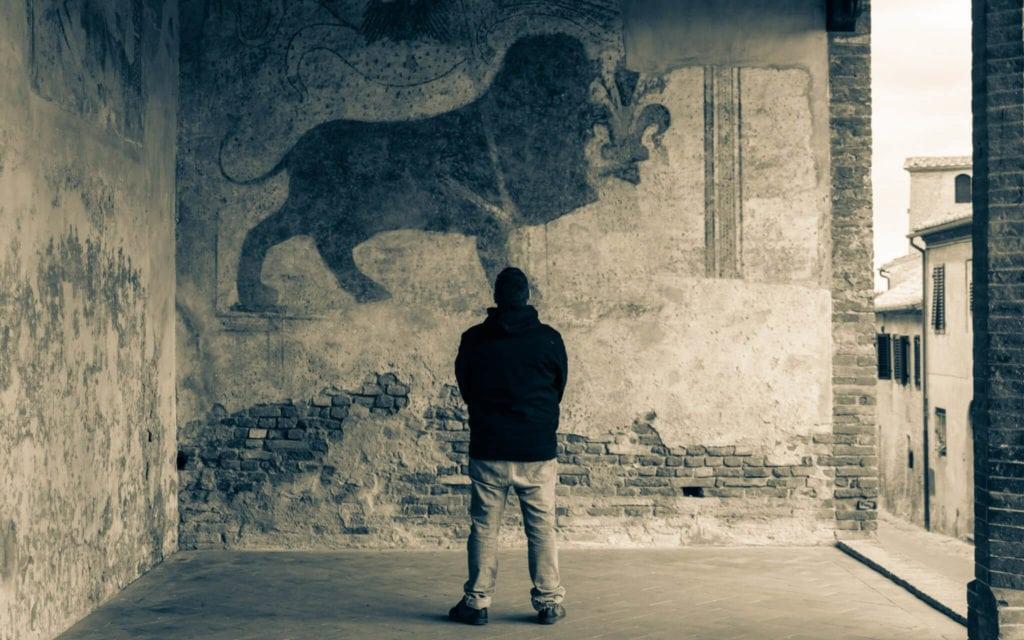Edo in Certaldo admiring frescoes on the wall
