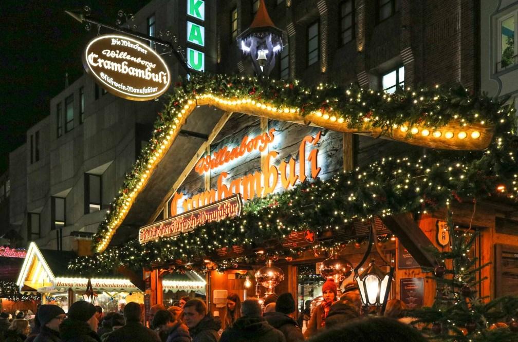 Feuerzangenbowle Лучшие рождественские рынки в Мюнхене Лучшие рождественские рынки в Мюнхене (путеводитель по 2020 году) munich christmas market stand