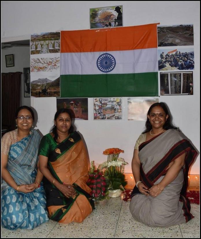 Mrs. Charulatha Acharya, Veer Naari and the wife of Maj Padmapani Acharya MVC (centre) along with the founders of DESH