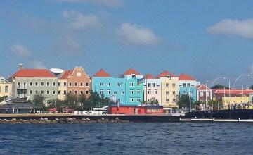 Uitzicht vanaf de kade aan de overkant van Willemstad Curacao