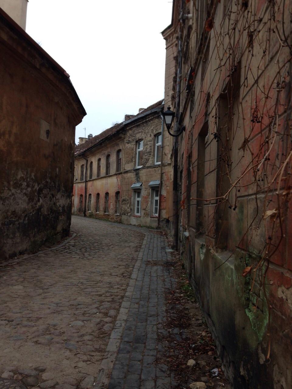 Verlaten straten in de buitenwijken van Riga Letland