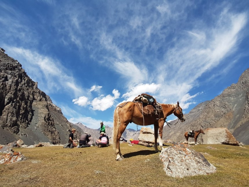 Kirgizië bergen kamperen trektocht paard