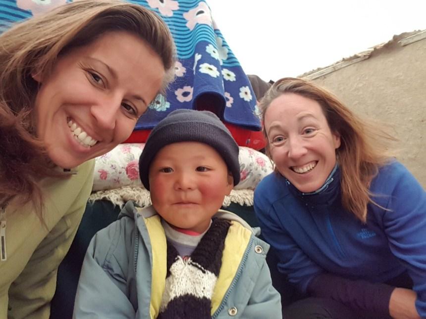 Kirgizië bergen kamperen kindje herder