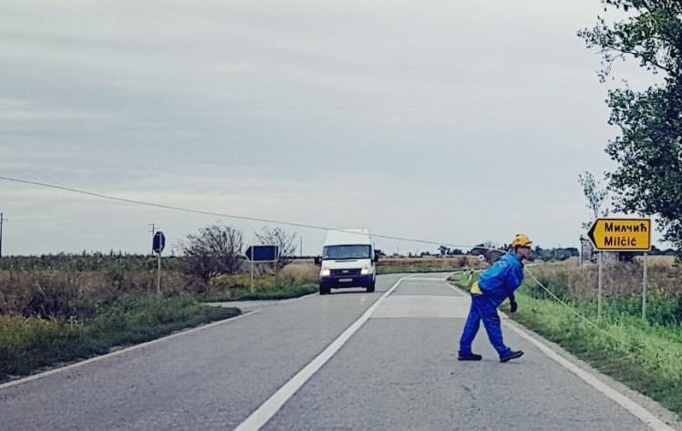 Electriciteitkabels spannen over de weg