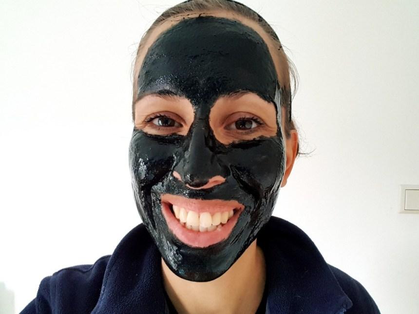 Zwarte kool masker
