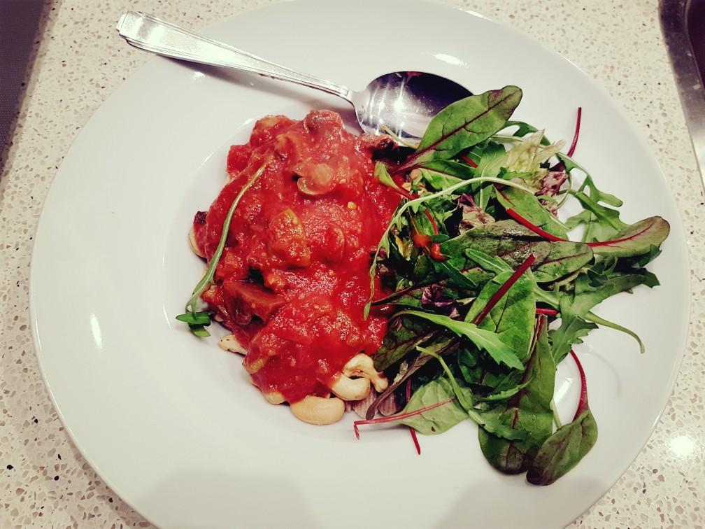 veganistisch verse pastasaus met noten en saladea