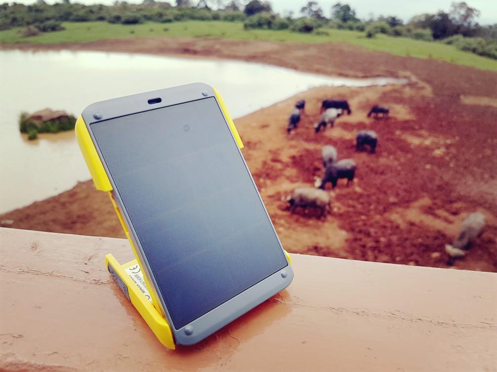 Waka waka zonnecel lader voor onderweg