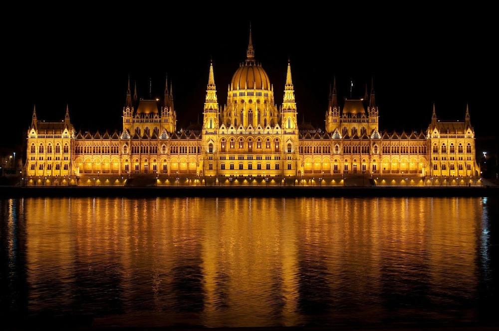 Parlament v Budapešti v noci