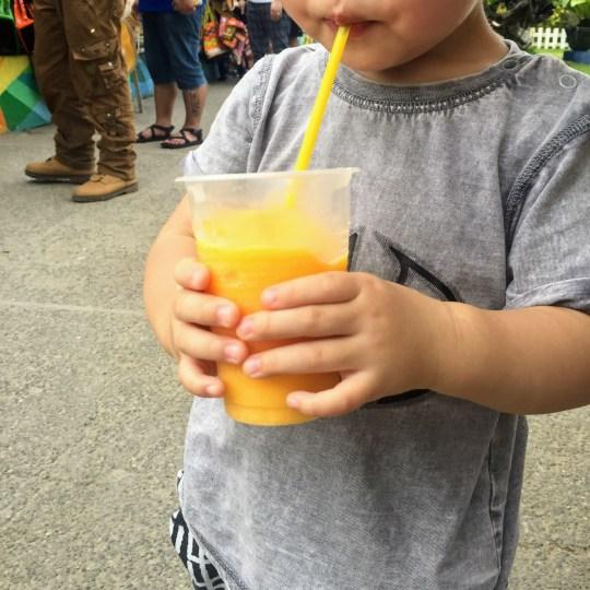 ジュースを飲む子供