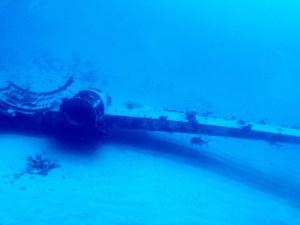 ハワイの海に沈む飛行機