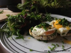 Avocado and fried egg toast. Grzanka z awokado i jajkiem sadzonym.