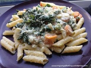 Kale, carrot, chilli pasta with cashew nut sauce. Makaron z marchewką, jarmużem i chilli w sosie z nerkowców.
