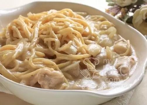 Спагетти с куриным филе в сырном соусе