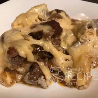 Нежное мясо свинины запечённое с картошкой под сметанным соусом и сыром