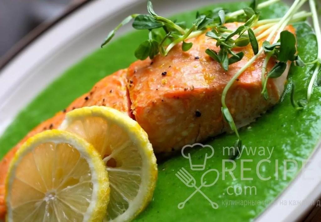Запеченный лосось на пюре с зеленого горошка