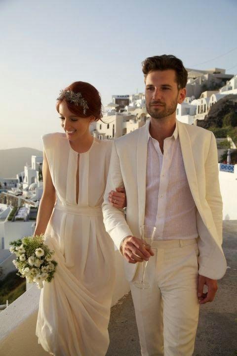 novio con traje blanco