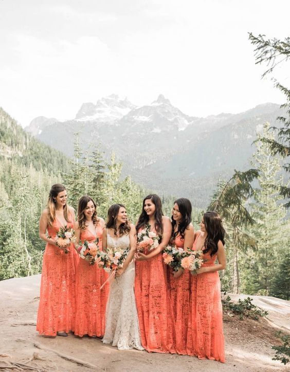 damas de honor living coral pantone 2019