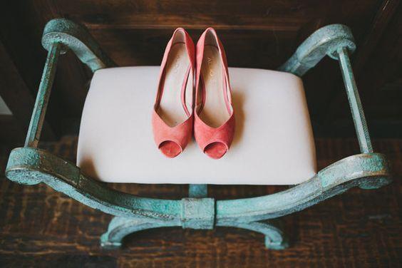 zapatos de novia color living coral pantone 2019