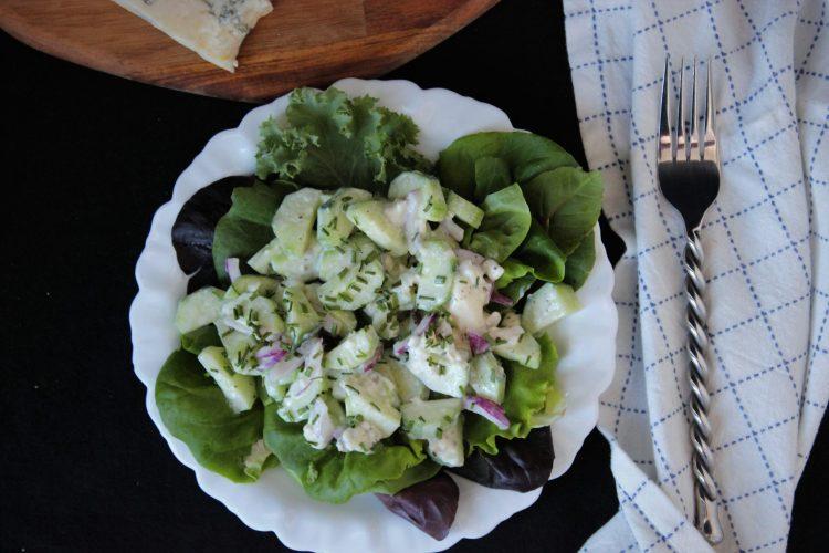 Кето салата с краставици и сметана